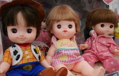 レミンとソランの売り場で、女の子向けの人形たちが並ぶ