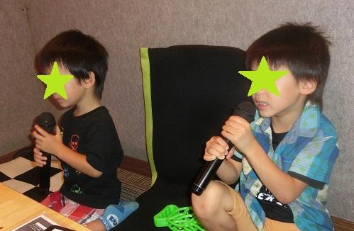 カラオケのマイクで歌う5歳と3歳の兄弟