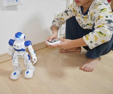 ラジコンロボットのおもちゃを動かす男の子