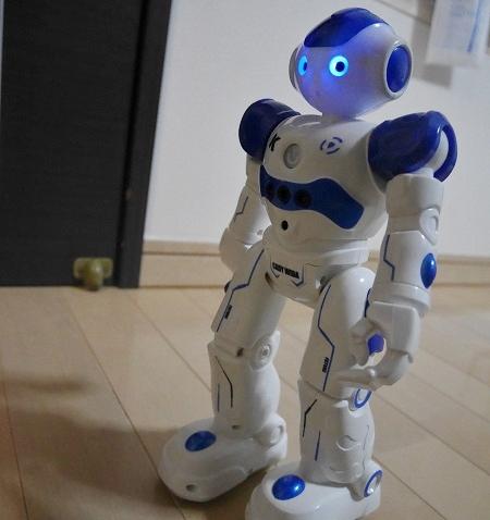 人型ロボットの目が光る