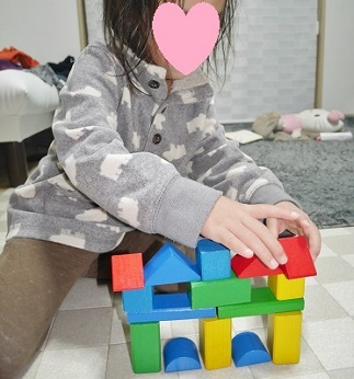 3才女の子が積み木でお城を作っている姿