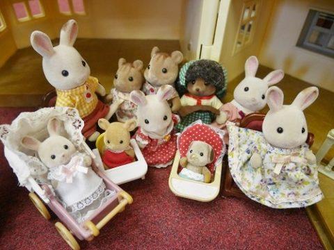 シルバニアのファミリー人形が並んでいるところ