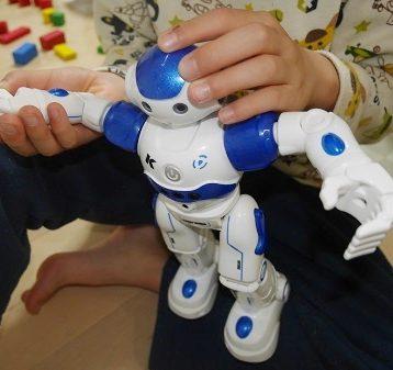 ロボットの手足を動かしている小学生