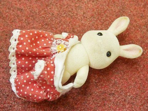 ショコラウサギの女の子の服を脱がせているところ