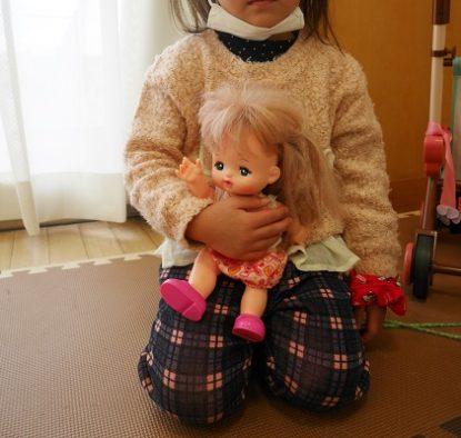 メルちゃん人形を抱っこする女の子