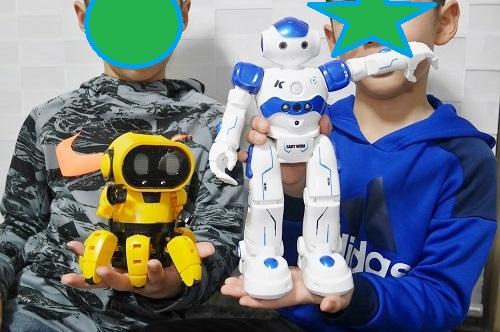兄弟それぞれがロボットで遊ぶ
