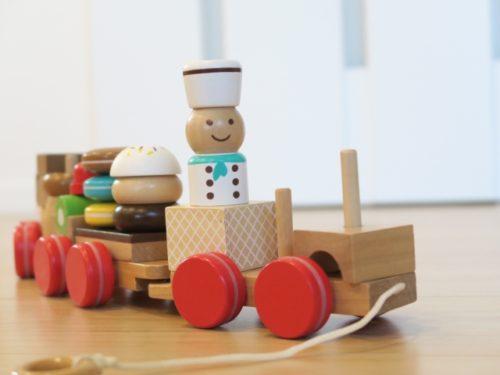 木製のおもちゃの汽車
