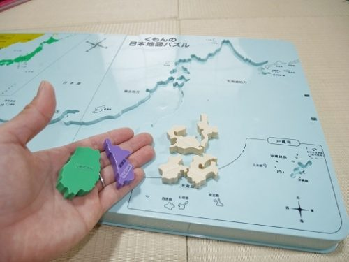 くもんの日本地図パズルを手に取っているところ