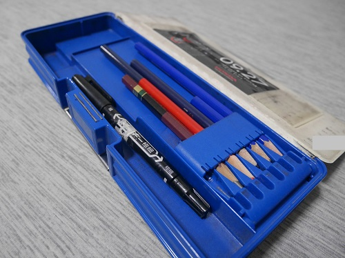 筆箱のふたを開いて鉛筆を入れたところ