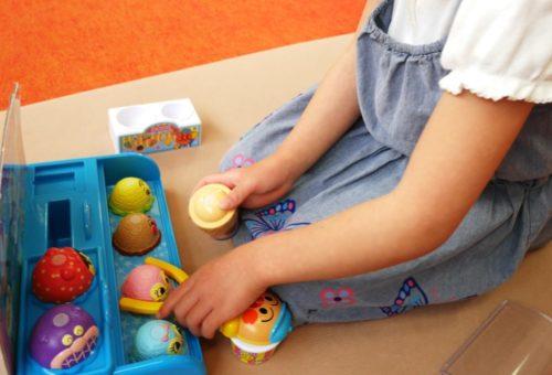 アンパンマンのアイスちょうだいで遊んでいる5歳女の子