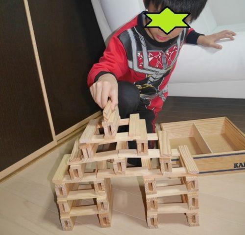 カプラで遊ぶ小学生男の子