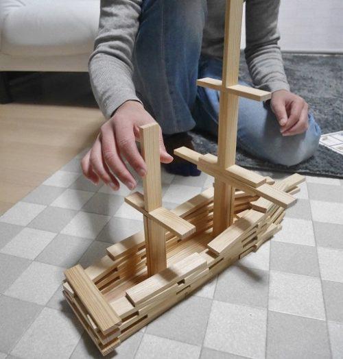 カプラで船を作っている大人の男