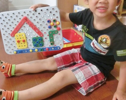 ボーネルンドの工具のおもちゃを使って遊ぶ6歳男の子