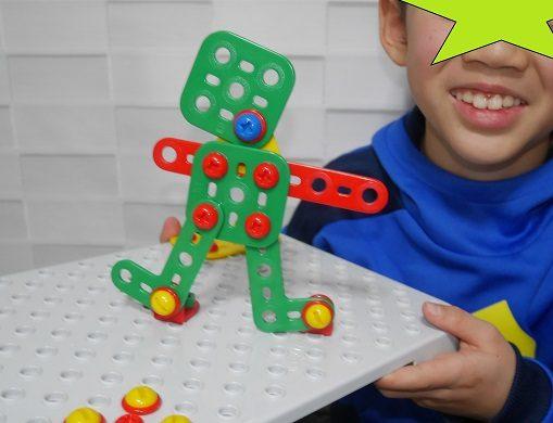 工具のおもちゃでロボットを作って喜ぶ男の子