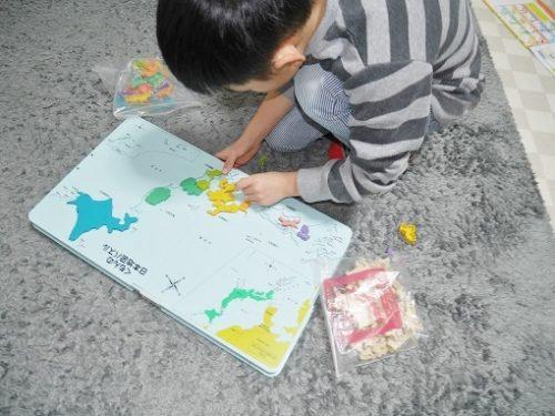 くもんの日本地図パズルで遊ぶ小学生