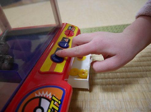 ポケモンクレーンゲームのボタンを操作するところ