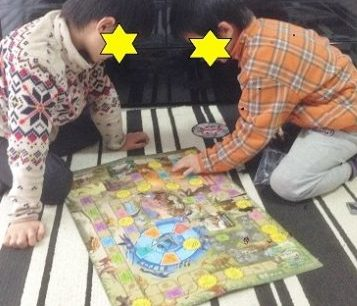恐竜ボードゲームで遊ぶ兄弟