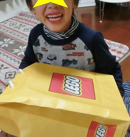 レゴをプレゼントされて喜ぶ男の子