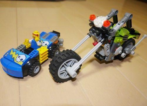 レゴの青い車と黄緑のバイク