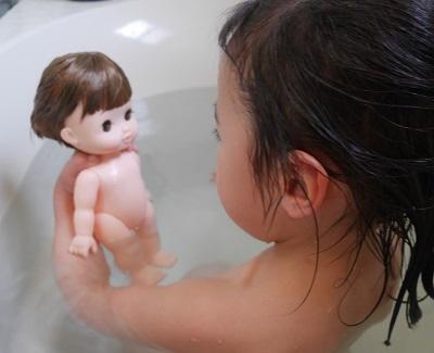 レミンちゃんとお風呂で入浴する女の子