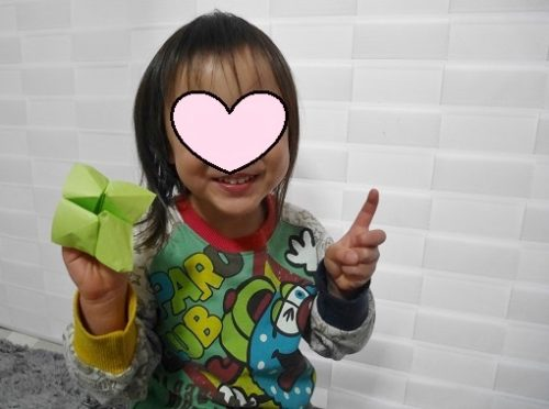 折り紙でぱくぱく人形をつくって喜ぶ女の子