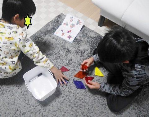 小学生ぴたごらすのマグネットピースで遊ぶ兄弟