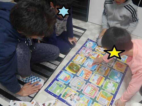 プログラミングカーで大勢で小学生と大人が遊んでいる