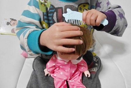 レミンちゃんの髪をくしでとかす女の子
