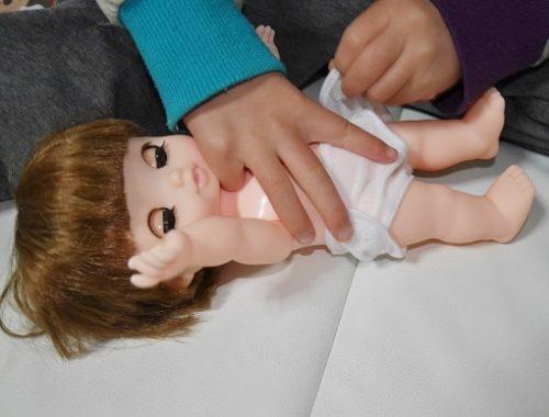 レミンちゃんのおむつを替える女の子