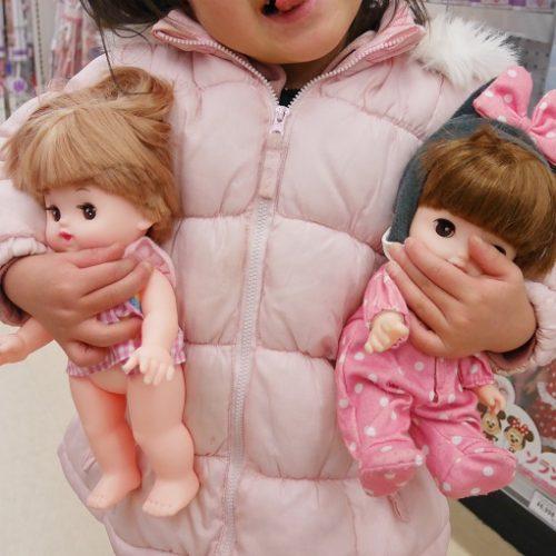 レミンちゃんとネネちゃんを抱っこする女の子