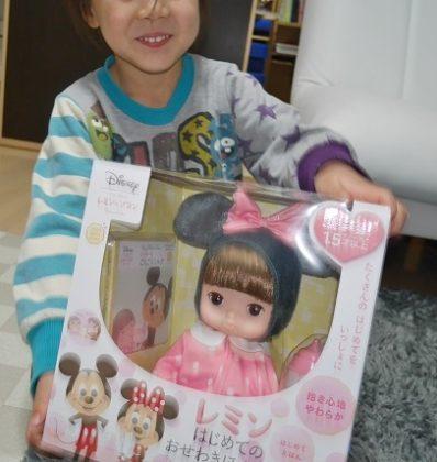 レミンちゃんをプレゼントされて喜ぶ女の子