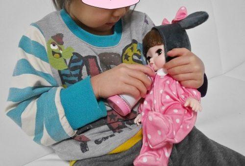 レミンちゃんにミルクをあげる4歳の女の子