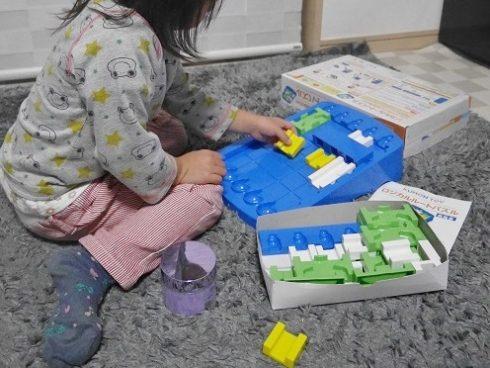 くもんのロジカルルートパズルをする子供