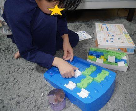 くもんのロジカルルートパズルで遊ぶ男の子