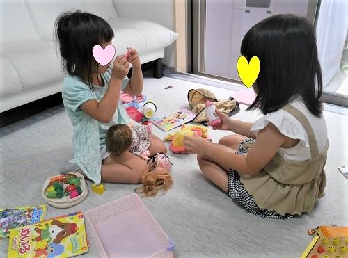 お友達とレミンちゃん人形で遊ぶ4歳の女の子たち