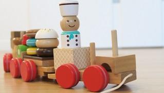 木のおもちゃの電車
