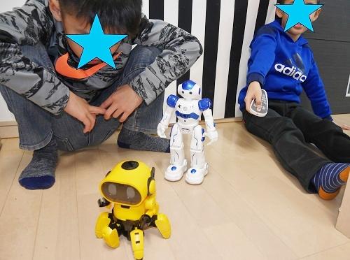 ロボットで鬼ごっこをさせて遊ぶ兄弟