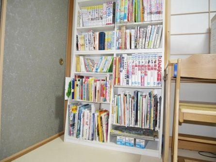 和室の勉強机の隣に図鑑コーナー