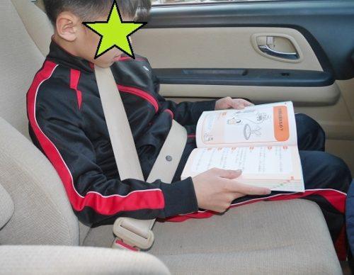 車の中でこども六法を読む小学生