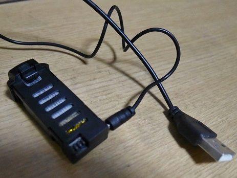 ドローンの付属品のUSBケーブルとバッテリー