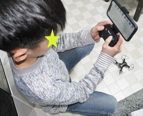 スマホの映像でドローンを遠隔操作する小学生