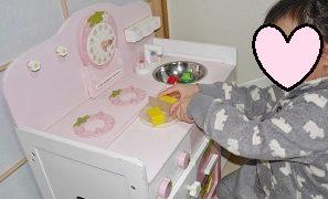 マザーガーデンキッチンセットで遊ぶ3歳女の子