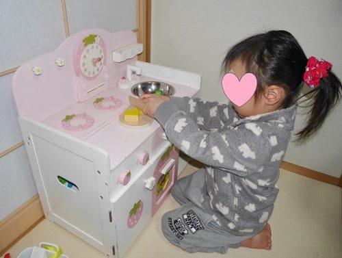 マザーガーデンのキッチンセットで遊ぶ3歳の娘