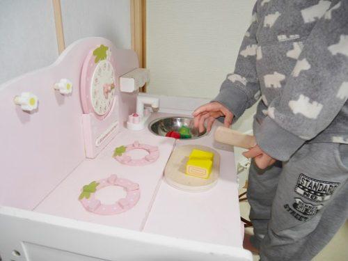 マザーガーデンのキッチン台のシンクで野菜を洗っている姿