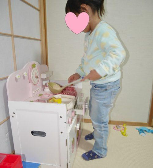 マザーガーデンのキッチン台を使う3歳女の子