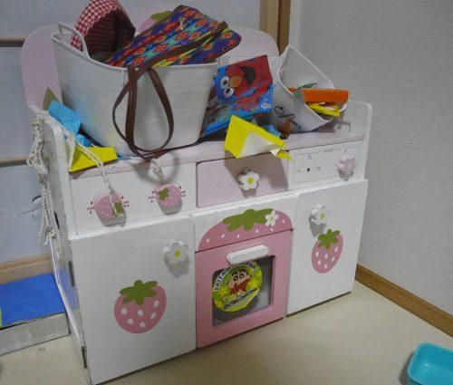 マザーガーデンのキッチン台の上にごちゃごちゃに物が置かれている様子