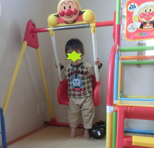 アンパンマンのジャングルジムで遊ぶ2歳の男の子