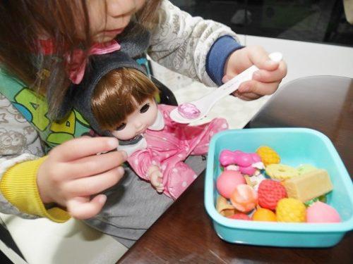 レミンちゃんにご飯をあげる女の子