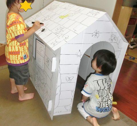 ダンボールハウスで遊ぶ兄弟