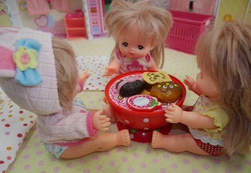 メルちゃん3体がテーブルを囲んで食事をしている